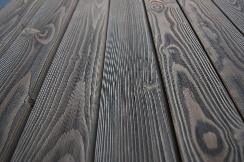 Для обработки напольных деревянных покрытий часто исползуется черная морилка