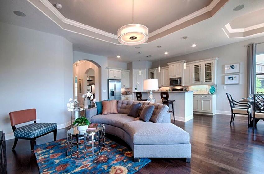 Натяжные потолки производятся из разных материалов, которые отличаются цветом и фактурой
