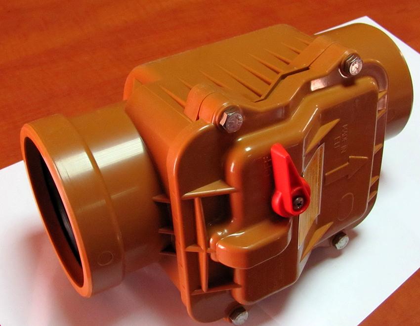 Обратный клапан препятствует истеканию содержимого из труб в случае засора