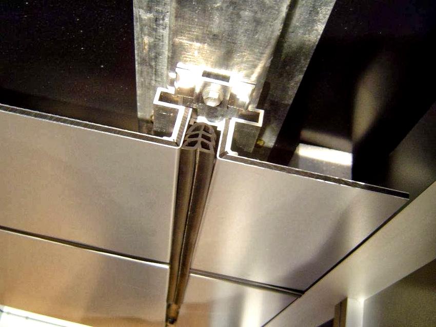 Вентилируемый фасад из алюминиевых панелей отличается прочностью и долговечностью
