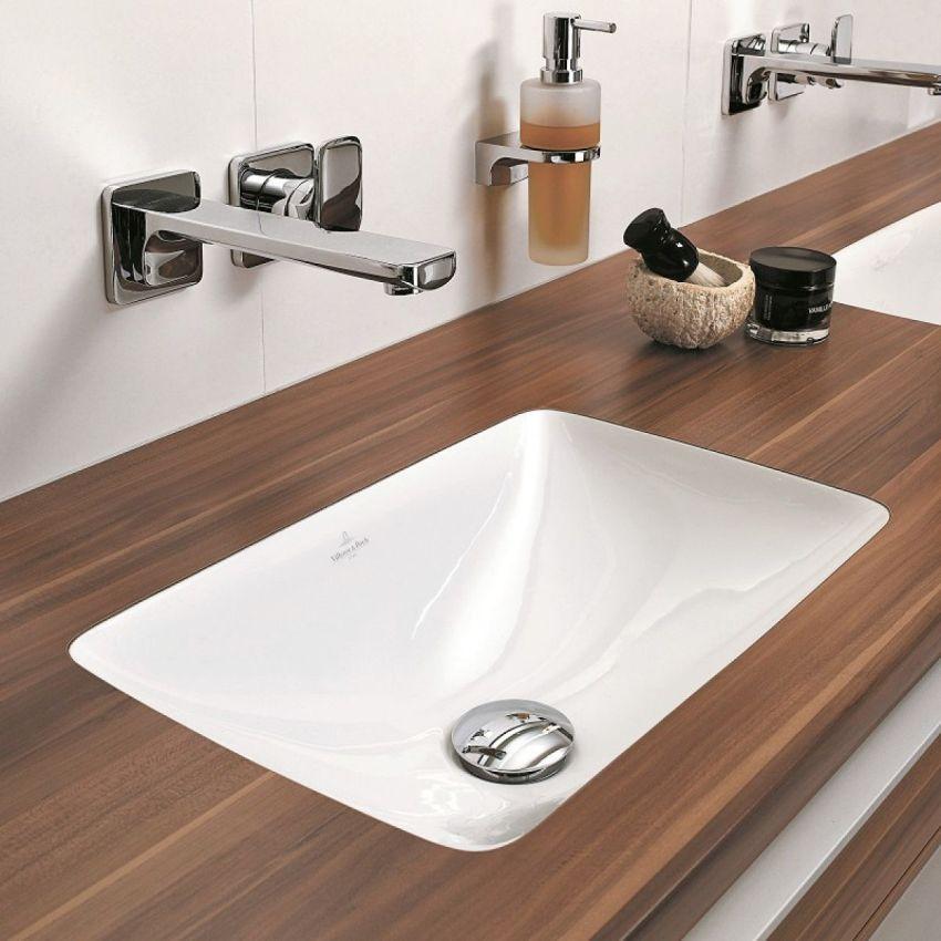 Естественность деревянной столешницы наполнит ванную комнату теплом и уютом