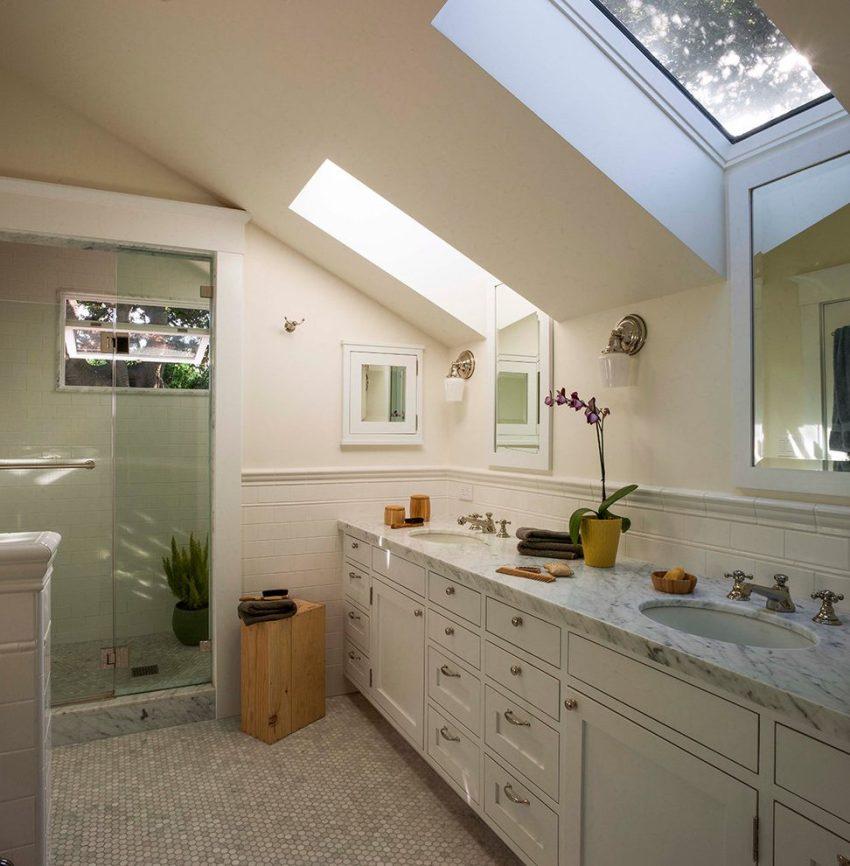Мраморная столешница станет отличным решением при обустройстве большой ванной комнаты с минималистическим дизайном