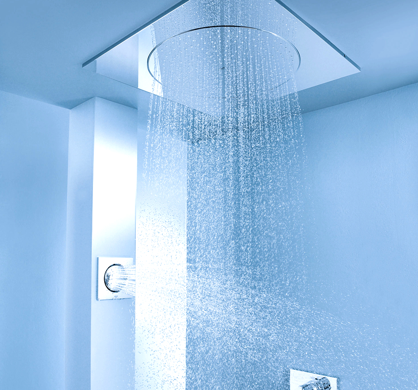 Встраиваемый тропический душ имеет несколько преимуществ: оригинальный вид, минималистичность, экономия пространства