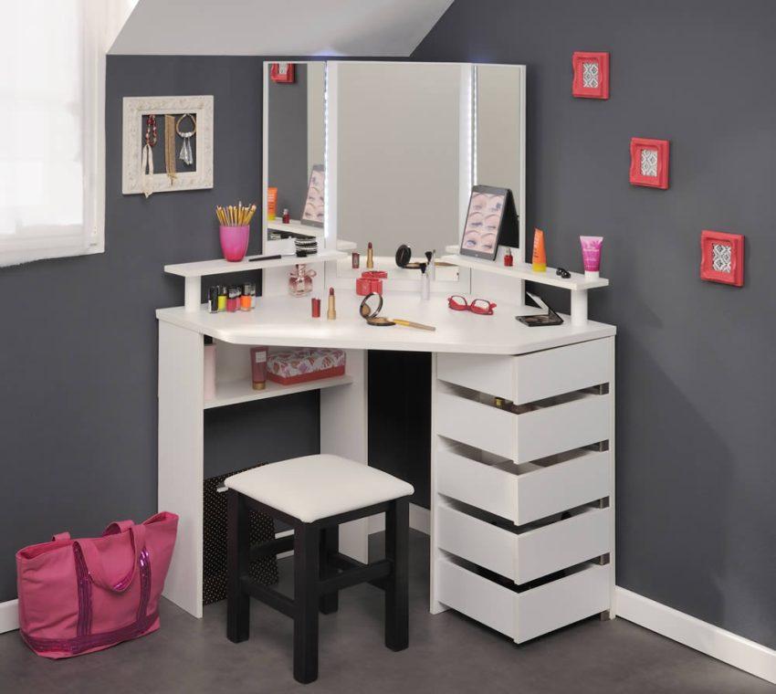 Трельяж состоит из зеркала, полочек, выдвижных ящиков, предназначенных для хранения аксессуаров и различных принадлежностей