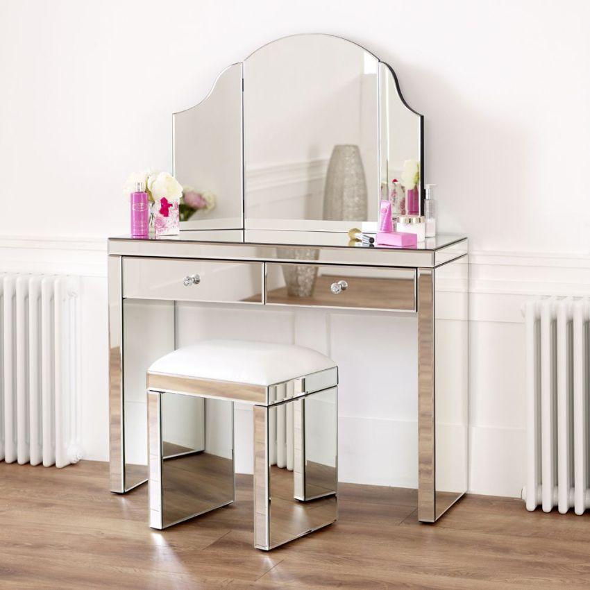 Трюмо – это предмет мебели, который предназначен для проведения женщинами туалетных процедур