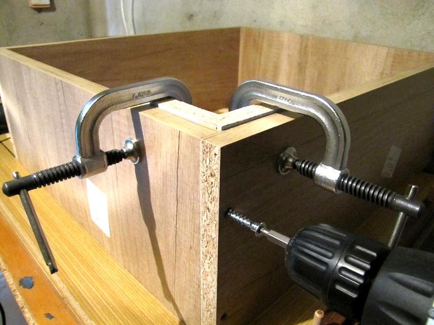 Винтовая стяжка поможет качественно собрать ящики или закрепить полки к боковой грани шкафа