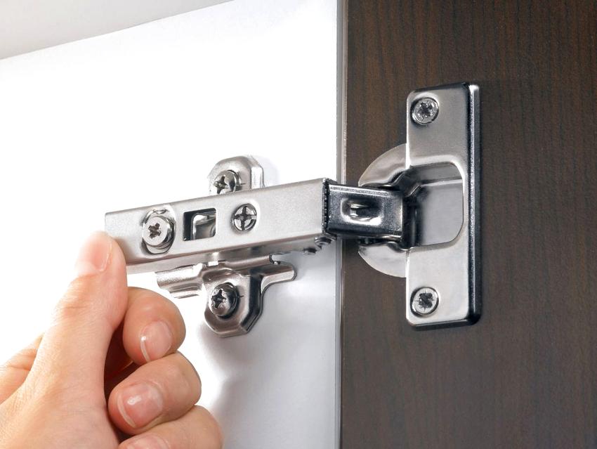 Если для изготовления шкафа своими руками были выбраны ДСП, двери навешиваются с помощью мебельных петель с круглым пазом
