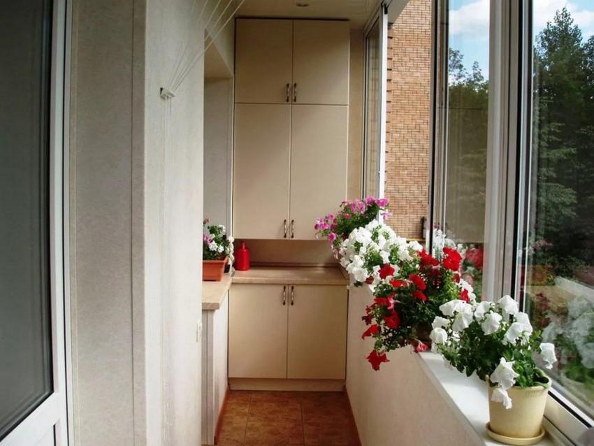 Установка шкафов на балкон удобна тем, что нет надобности подбирать фасад, соответствующий цвету остальной мебели в квартире