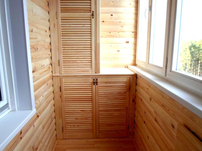 Существует несколько вариантов шкафов на балконе - открытые, раздвижные, распашные