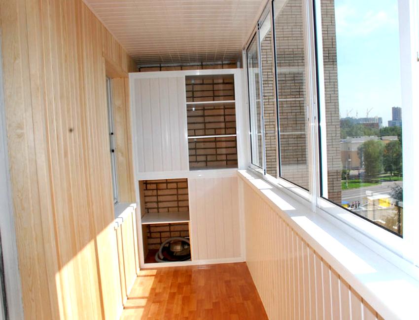 Шкаф комбинированного типа, это когда одна часть остается открытой, а вторая закрыта дверками