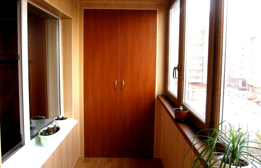 Материалы и фасады для шкафа на балкон подбираются в зависимости от стиля оформления помещения