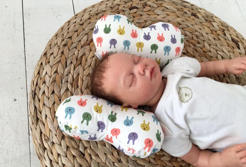 Малыши до 2 лет не нуждаются в ортопедических подушках, но существуют случаи, когда данное изделие становится необходимостью