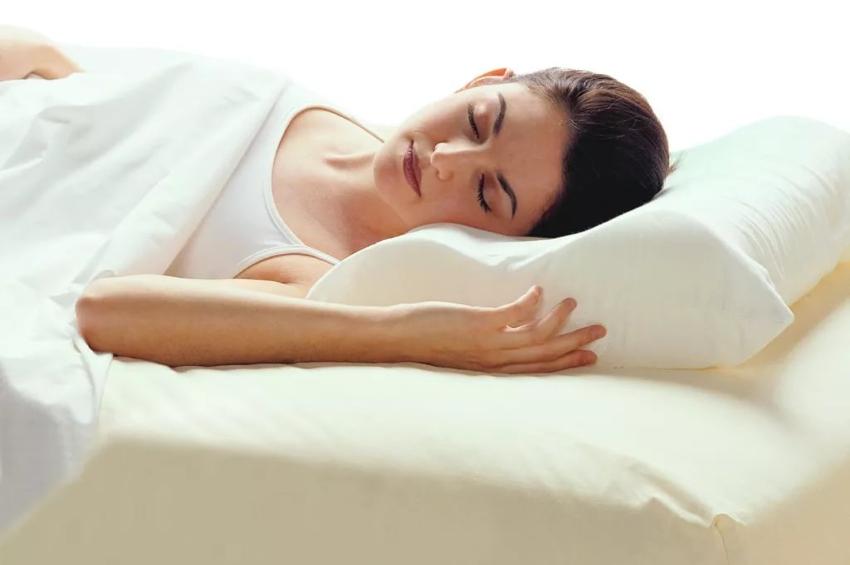Подушку с эффектом памяти можно подобрать такую, которая характеризуется мягкостью, средней жесткостью или вовсе жесткую