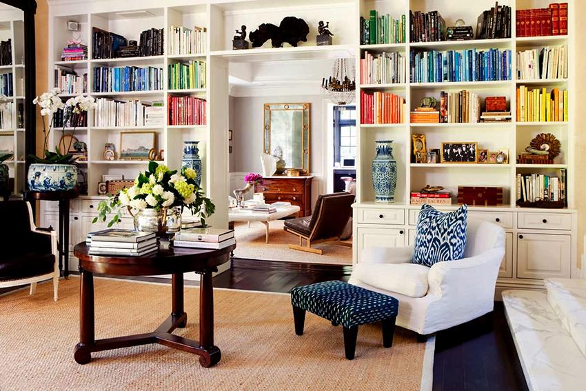 Книжный шкаф может выполнять в интерьере несколько функций
