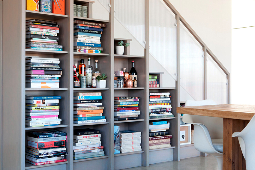 Пространство под лестницей - это отличный вариант для размещения книжного шкафа