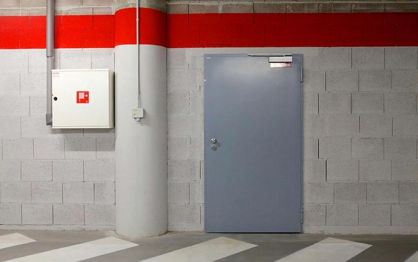 Средняя цена распашной однопольной металлической противопожарной двери составляет 12 тыс. рублей