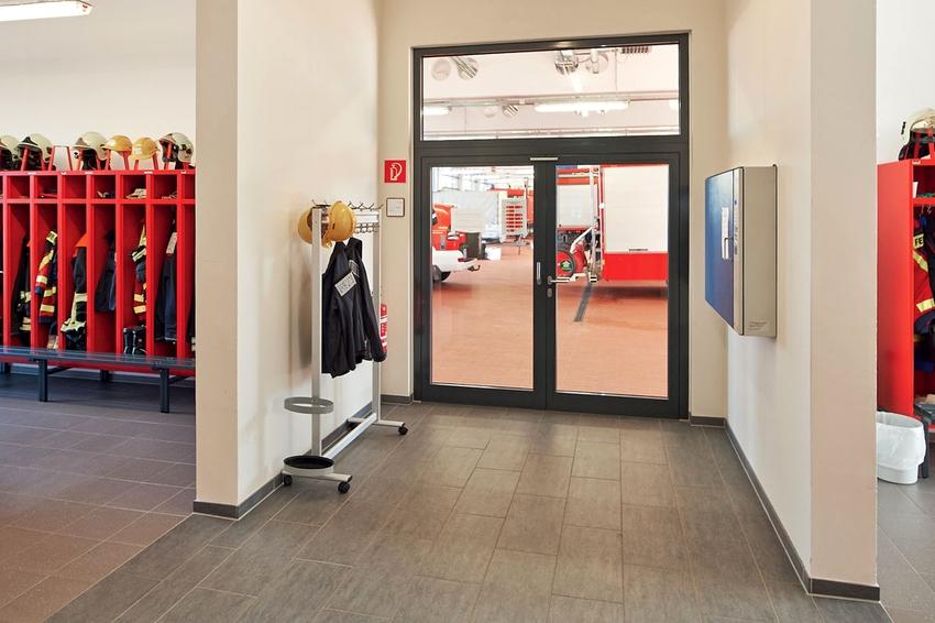 Противопожарные двери могут быть металлическими, стеклянными и даже деревянными