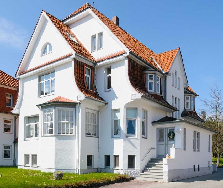 Оформление фронтона сильно влияет на общий вид фасада здания