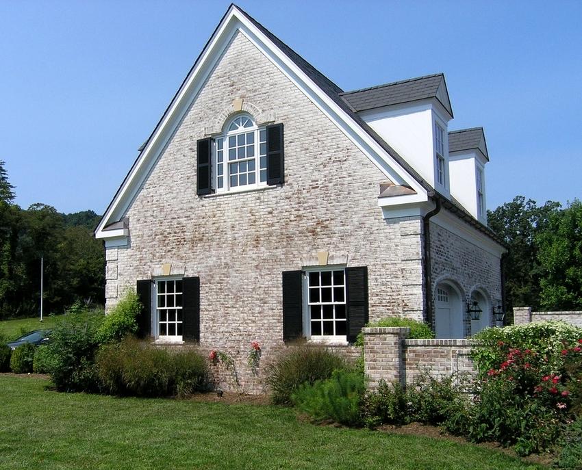 Для небольших одноэтажных домов фронтонные элементы выполняют одновременно со стропильными сборками