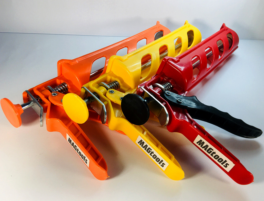 Пистолеты для жидких гвоздей бывают пневматическими, электрическими и механическими