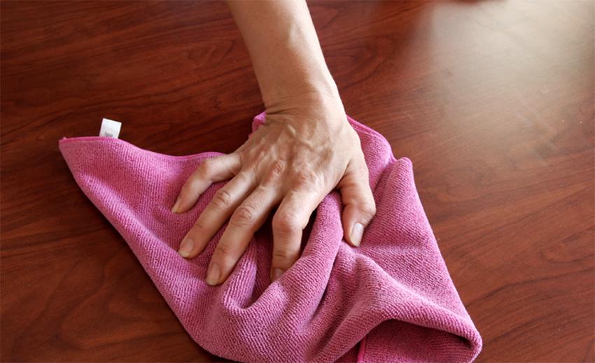 Если состав еще не успел высохнуть его можно легко оттереть влажной тканью