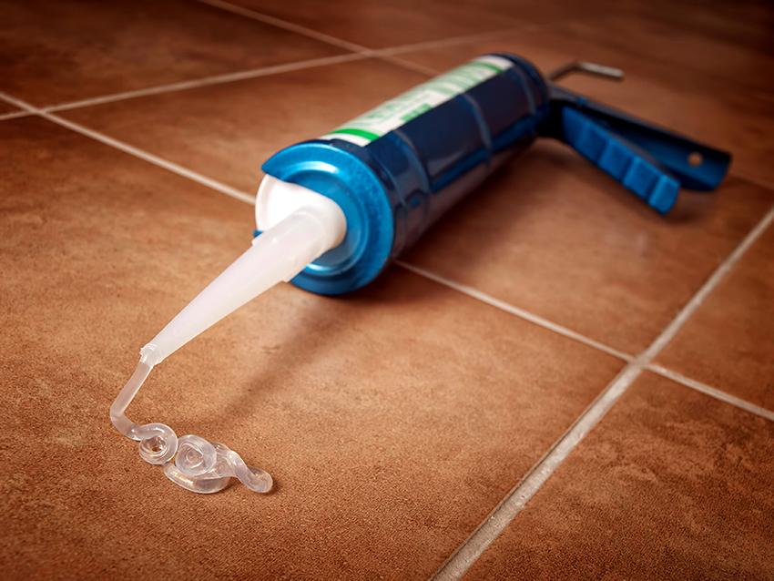 Для производства жидких гвоздей используют каучук, полимеры и глину