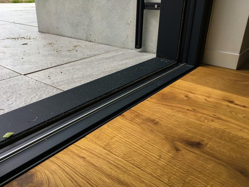 Размещения дверного уплотнителя на пороге