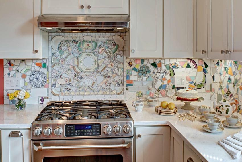 Фартук из самодельной мозаики из керамических осколков