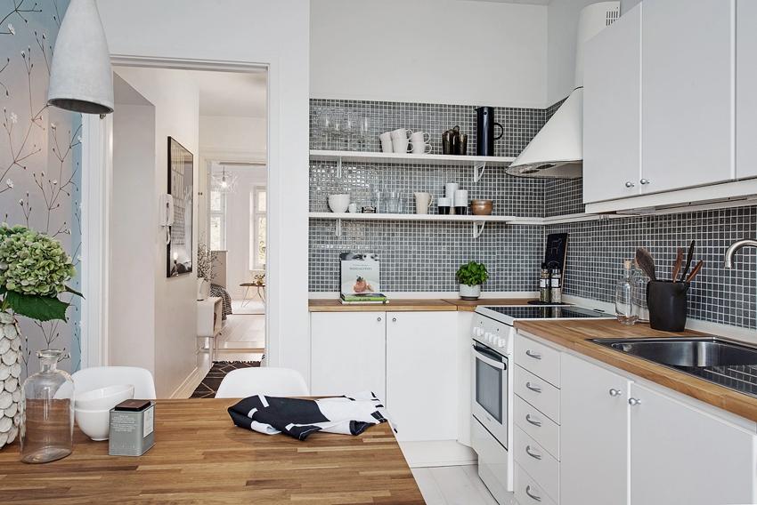 Цвет отделки рабочей зоны не обязательно должен совпадать по оттенку с мебелью и столешницей