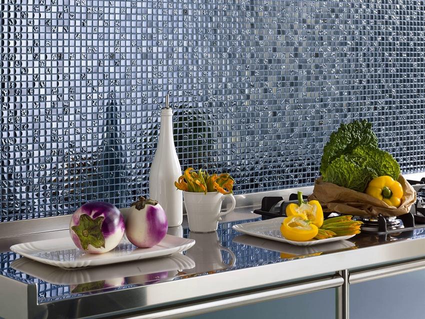 Разноцветные мелкие элементы мозаики создают эффектный глянцевый эффект