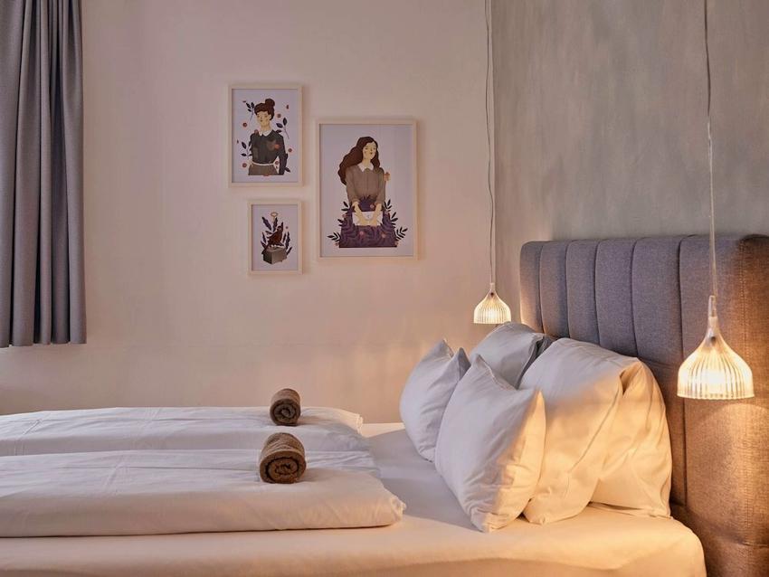 Подвесные светильники-люстры в спальне