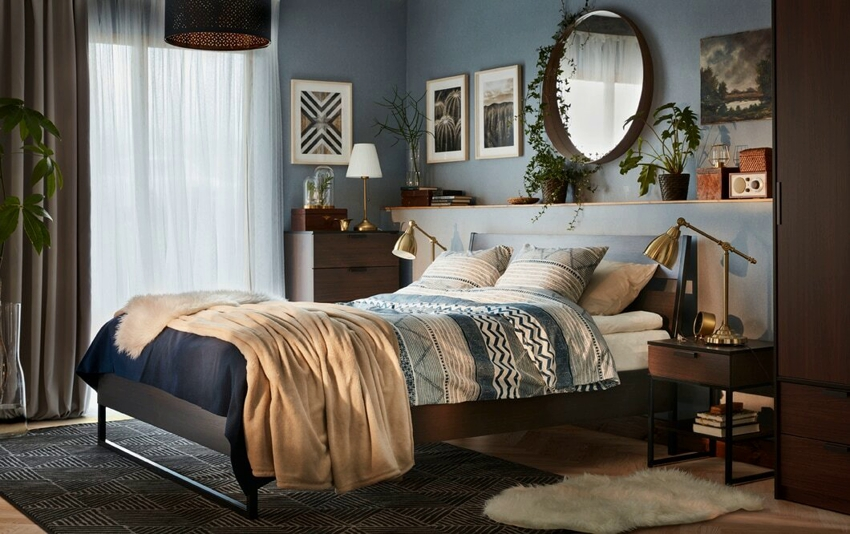 Светильники на тумбочку - самый распространенный вариант подсветки в спальне