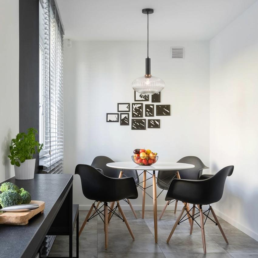 Для небольшого кухонного стола хватит одного потолочного светильника