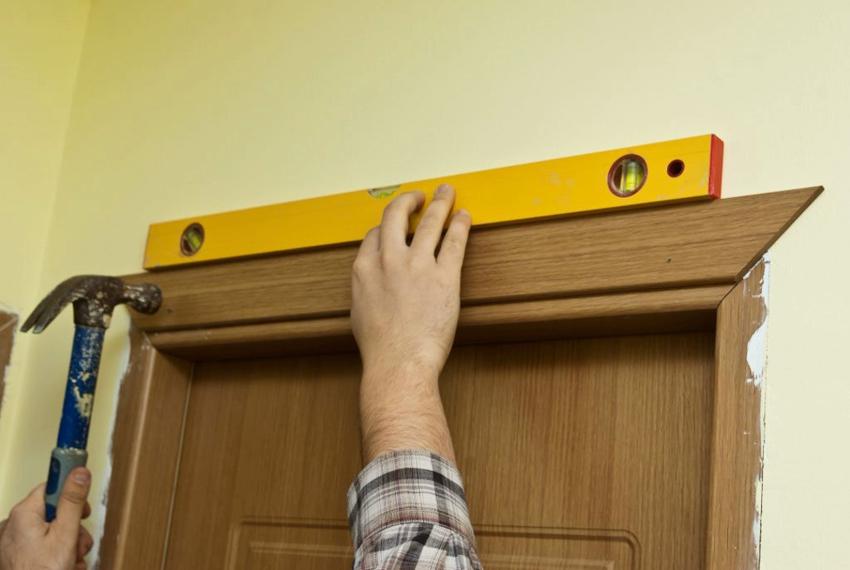Проверить точность вертикали и горизонтали установленной обналички можно с помощью строительного уровня