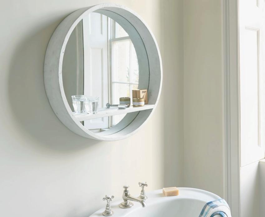 Круглое зеркало в деревянной раме с полкой