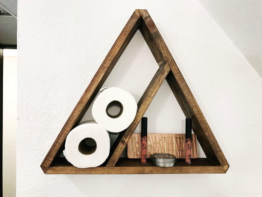 Треугольная полка из деревянных дощечек