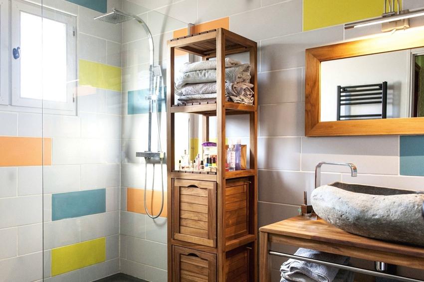 Напольный деревянный стеллаж в ванной