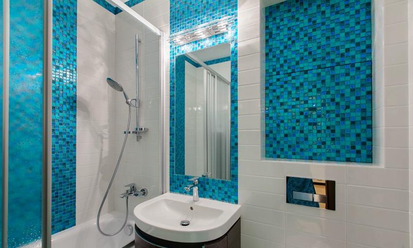 Задняя стенка ниши в ванной облицована мозаикой