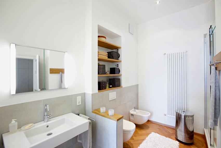 Полки в ванной из гипсокартона и дерева