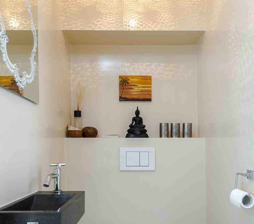 При обшивке инсталляции в туалете образуется компактная и функциональная полочка