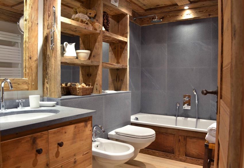 Ванная в стиле кантри с массивными деревянными полками