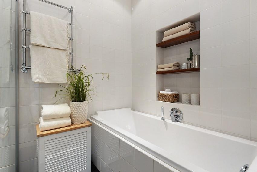 Встроенные полки позволяют сэкономить место в ванной, при этом они очень практичные