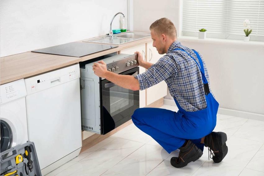 Для установки кухонной бытовой техники лучше приглашать специалистов